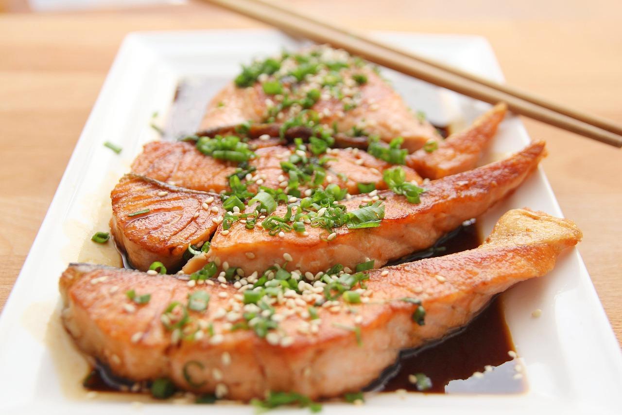 Lax på en tallrik.Lax är rikt på essentiella fettsyran omega3.